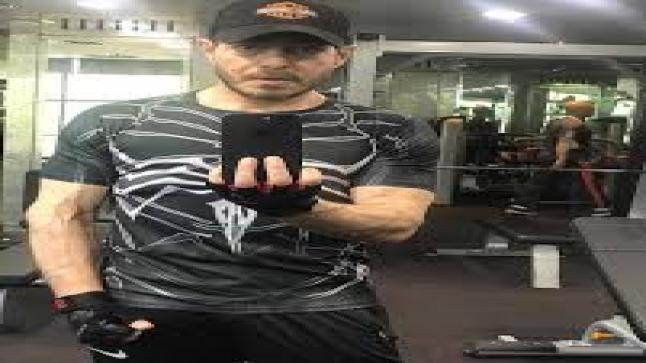 """أحمد زاهر يستعرض قوته العضلية: """"وقت الجيم"""""""