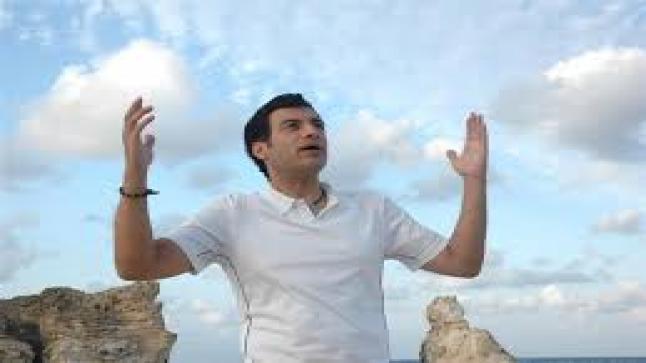 """مصر تحيا.. وتحيا مصر.. إيهاب توفيق يغني """"100 تحية"""" للجيش المصري"""