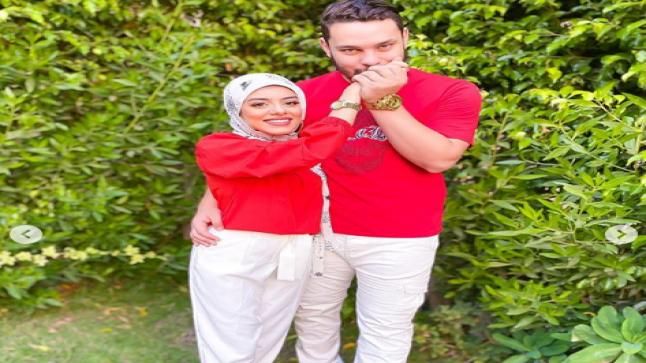 أحمد حسن يٌقبل يد زوجته زينب: حبيبتى و نور عينى